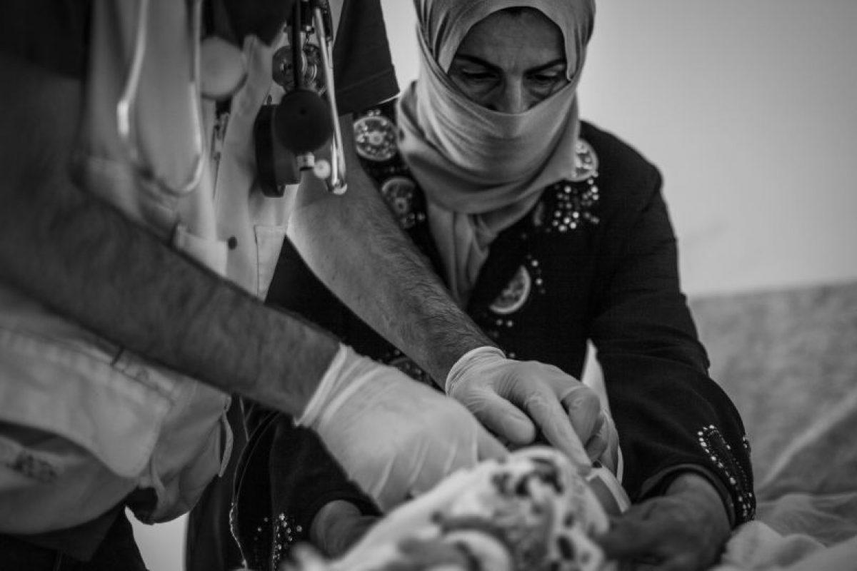 """Fatma nació hace un mes en el hospital de Debes, una estructura médica a unos 45 minutos en coche del campo de Debaga. Sus padres y sus seis hermanos han estado viviendo en el campo de Debaga desde que fue fundado hace un año. """"Fue un parto difícil"""", dice su madre, """"duró dos días y una comadrona me ayudó a dar a luz. Hoy he venido a la clínica porque el ombligo del bebé tiene un problema. Yo tampoco me encuentro bien, estoy mareada y sigo sangrando"""". Foto:Manu Brabo/MEMO. Imagen Por:"""