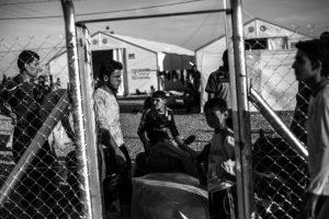 """""""Aquellos que fueron a Mosul después de que el ISIS tomase el control en junio de 2014, han vuelto, en su mayoría, a nuestro pueblo"""", cuenta el Sheikh. """"Llaman por la noche para dar noticias; los teléfonos móviles están prohibidos, por lo que tienen que ser muy cautelosos. La línea es terrible. Nos piden que los liberemos. Dicen que viven encerrados en el miedo de ser capturados por el ISIS, es como una cárcel. El ISIS es cada vez más amenazante: a medida que el frente avanza, se vengan de hombres, mujeres y niños. Conozco a un hombre que logró escapar: el Isis capturó a su esposa y a su hijo y los mataron"""". Foto:Manu Brabo/MEMO. Imagen Por:"""