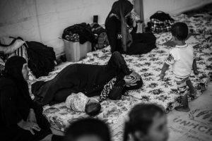 """Los equipos de Médicos Sin Fronteras (MSF) que trabajan en Debaga ofrecen servicios de salud mental y física tres veces a la semana para las muchas personas desplazadas que lo han perdido todo, han sufrido traumas por la violencia y tienen poca esperanza de volver pronto a sus hogares. Muchos luchan para hacer frente a su nueva situación. """"Una gran cantidad de pacientes se queja de síntomas físicos genéricos e inexplicables"""", explica el Dr. Marc Richard de la Cruz, jefe del equipo médico, """"que son claramente de naturaleza psicológica y son remitidos a los servicios de salud mental"""". Foto:Manu Brabo/MEMO. Imagen Por:"""