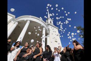 Al finalizar el servicio, su familia lanzó 49 globos blancos en honor a todas las víctimas. Foto:AP. Imagen Por: