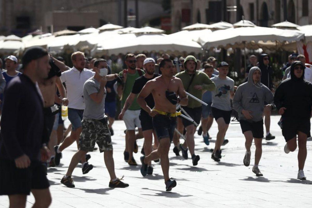 Hinchas rusos e ingleses protagonizaron fuertes peleas en las calles de Francia Foto:Getty Images. Imagen Por: