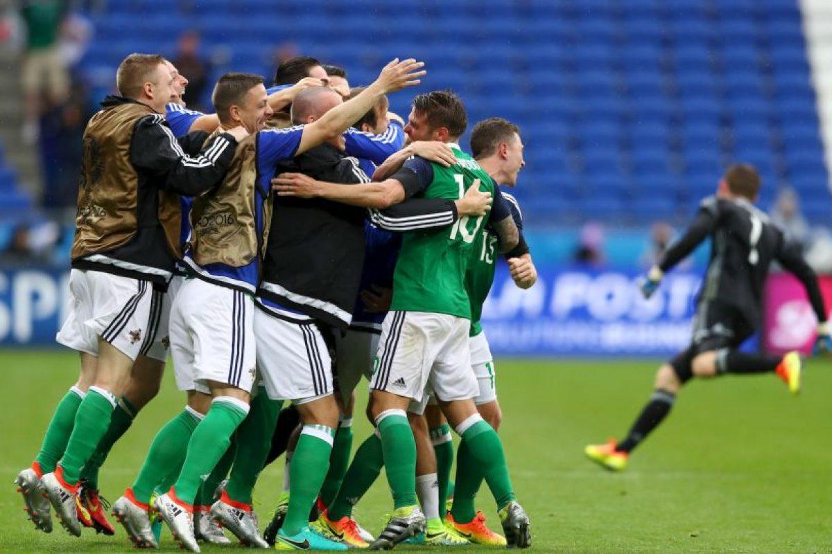 Luego de vencer a Ucrania, los norirlandeses aseguran el tercer lugar y una victoria ante los campeones del mundo los clasifica directo a octavos de final Foto:Getty Images. Imagen Por: