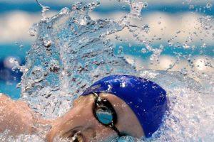 Nadar: lo ideal es impulsar el cuerpo hacia los lados mientras se coordina usando brazos y piernas, así se evitarán dolores de espalda. Foto:vía Getty Images. Imagen Por: