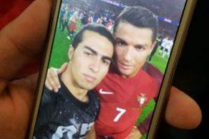 Aunque le costó, el hincha consiguió la selfie Foto:@WolfsbergerAC en Twitter. Imagen Por: