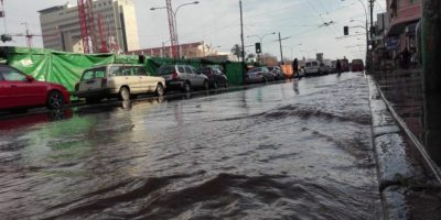 Rotura de matriz inunda calles de Valparaíso