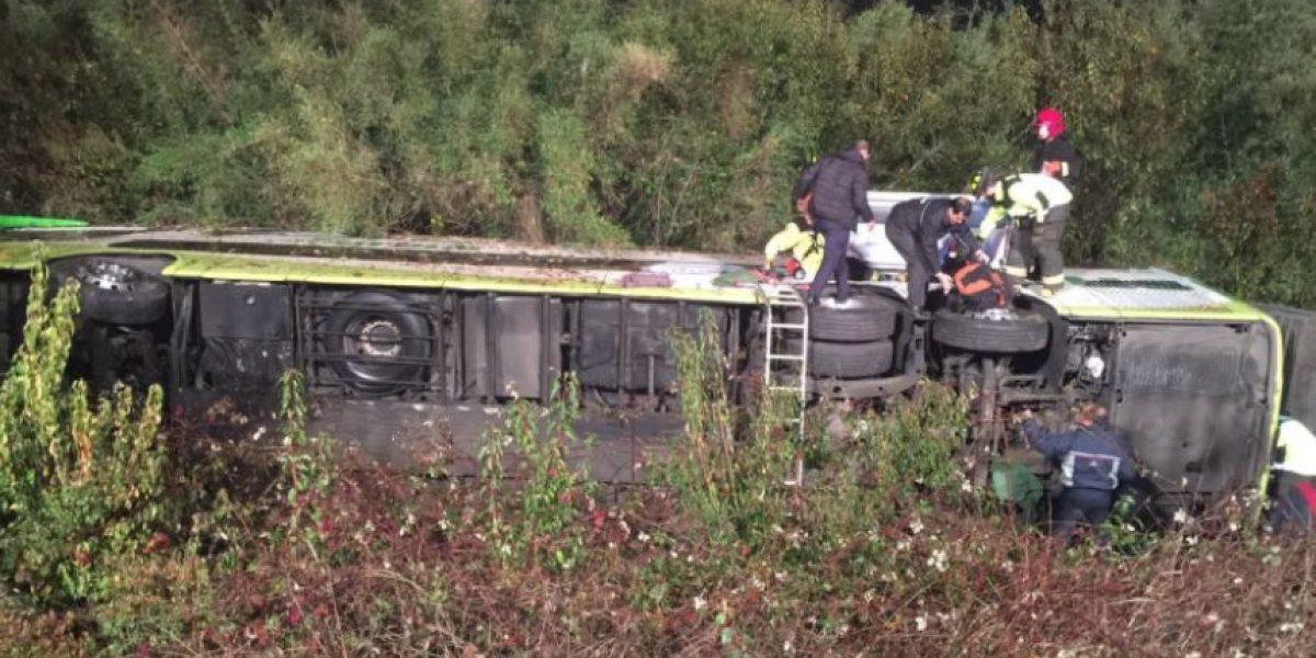 Volcamiento de bus en Ruta 5 Sur deja una veintena de heridos en la comuna de Gorbea