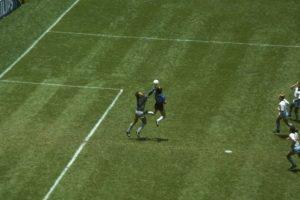 Uno de los dos goles que marcó Maradona a Inglaterra en el Mundial de 1986 Foto:Getty Images. Imagen Por: