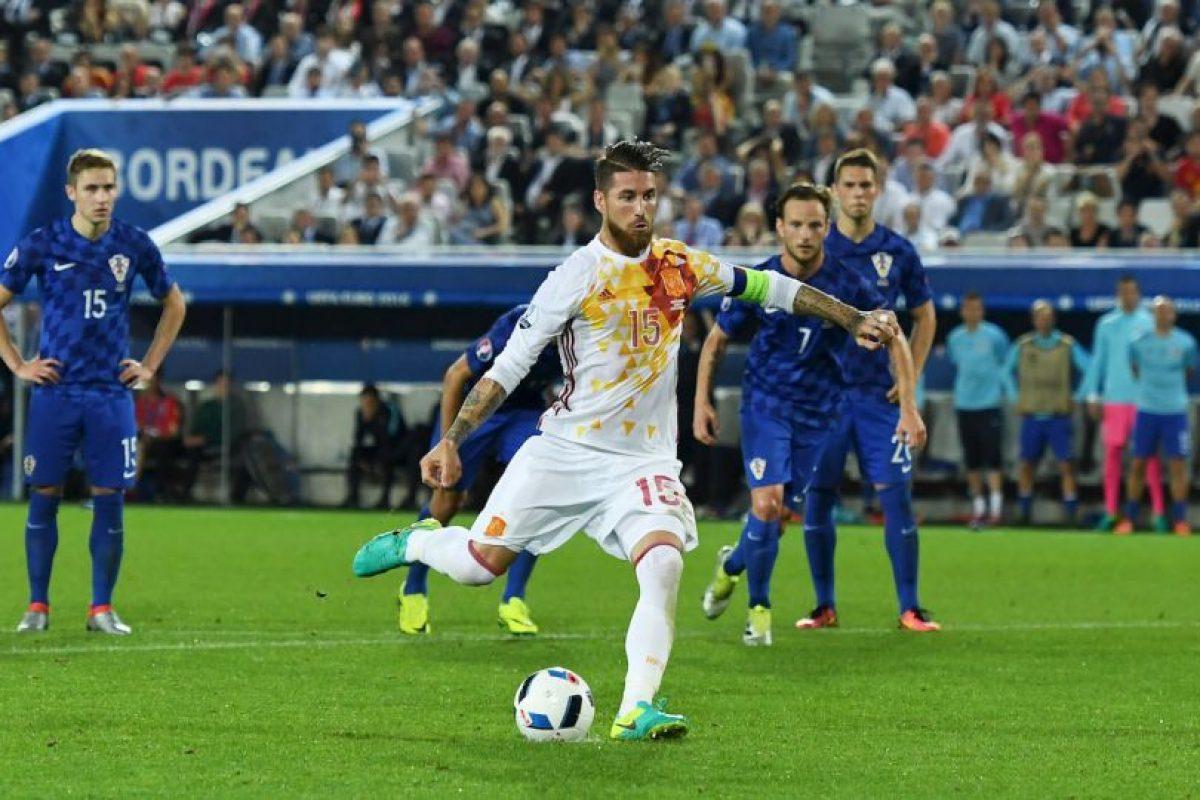 Sergio Busquets al notar que Modric había dicho dónde iba el penal de Ramos, le advirtió a su compañero Foto:Getty Images. Imagen Por: