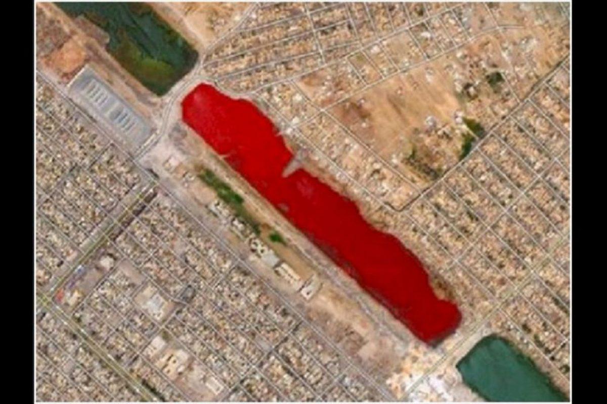 Este lago rojo en la ciudad iraquí de Sadr, aún no tiene explicación. Foto:Reproducción Google Street View. Imagen Por: