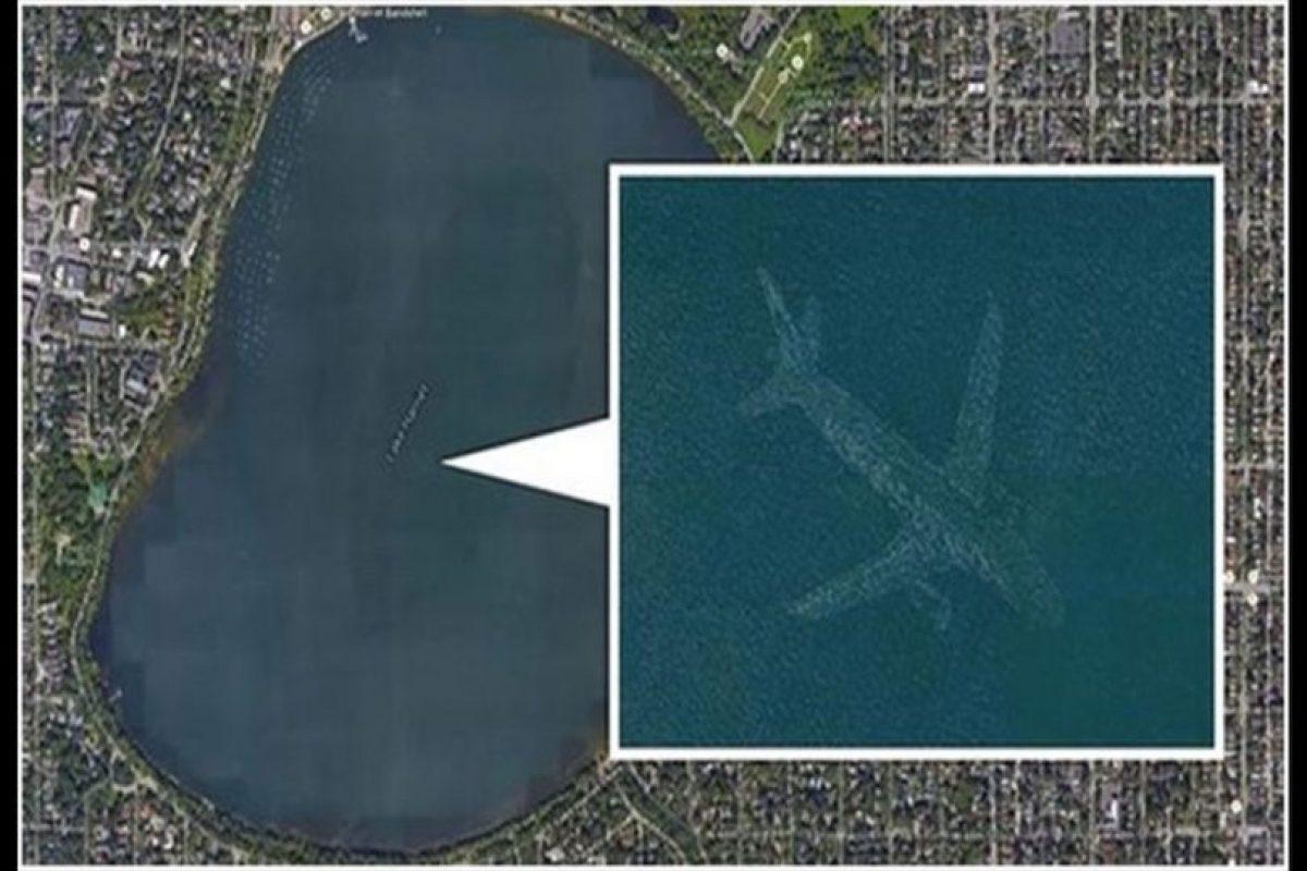 Sin embargo, otras imágenes como esta sí. En esta fotografía se captó el reflejo de un avión sobre este lago, pero en su momento todo mundo pensó que la aeronave estaba hundida. Foto:Reproducción Google Street View. Imagen Por: