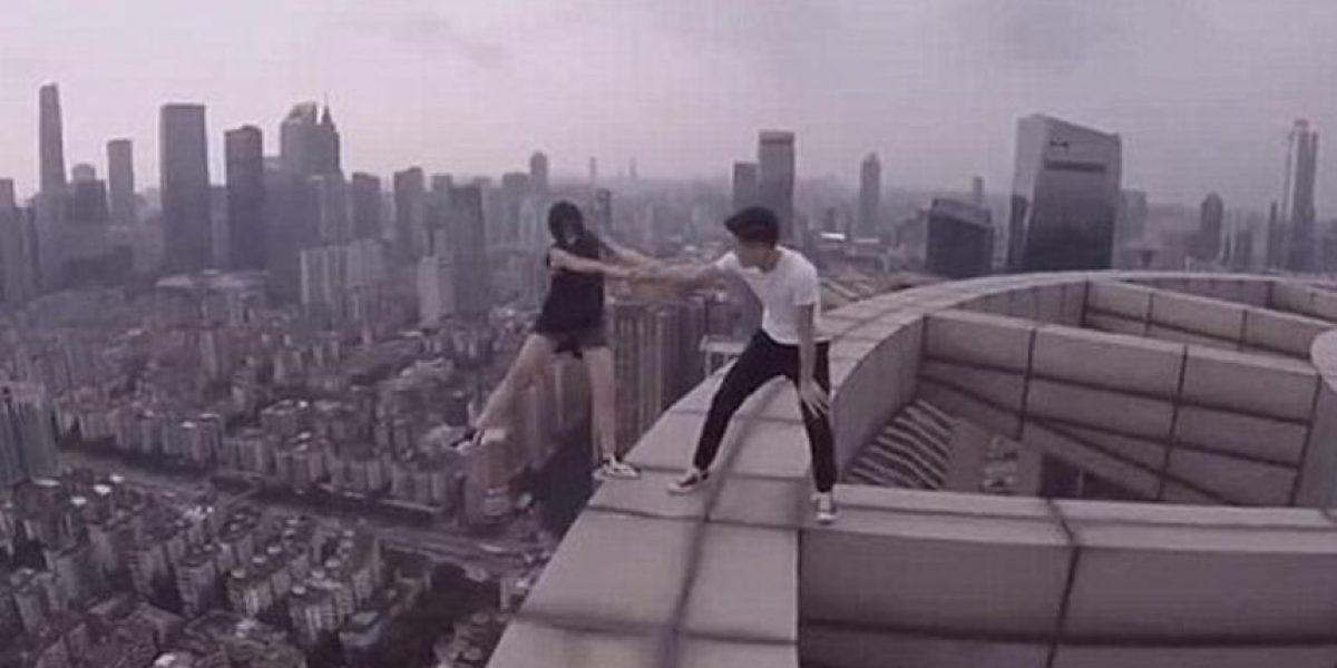 De vértigo: una pareja china juega en el borde de un rascacielos