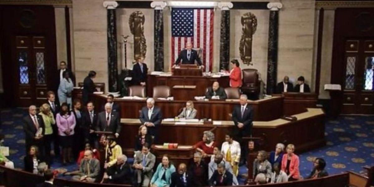 Más de cien congresitas demócratas protestan sentados en el suelo contra las armas de fuego
