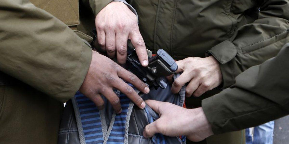 Carabineros detiene a joven estudiante que portaba un arma en marcha estudiantil