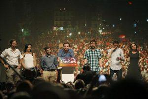 El líder de Unidos Podemos, Pablo Iglesias (a la izquierda) no puede disimular su descontento con los resultados que obtuvo su opción, mientras habla a sus partidarios el coordinador federal de su aliado Izquierda Unida (IU) Alberto Garzón. Foto:EFE. Imagen Por: