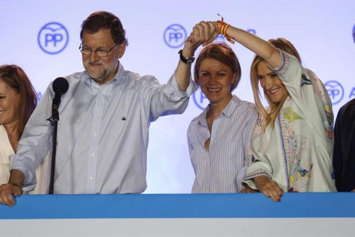 El presidente del Gobierno en funciones y líder del PP, Mariano Rajoy, celebra junto a su esposa, Elvira Fernández; la secretaria general de ese partido, María Dolores de Cospedal; la presidenta de la Comunidad de Madrid, Cristina Cifuentes, y el jefe de Gabinete del presidente, Jorge Moragas. Foto:EFE. Imagen Por: