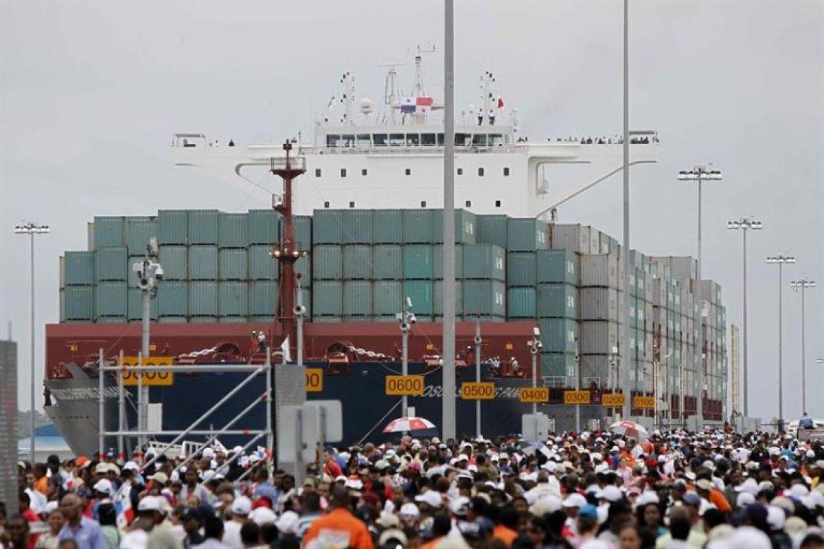 """El inmenso buque portacontenedores chino """"Cosco Shipping Panamá"""" empequeñece a la multitud congregada para presenciar su paso por el renovado canal. Foto:EFE. Imagen Por:"""