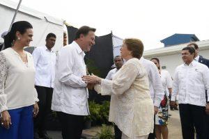 La Presidenta Michelle Bachelet, una de las invitadas internacionales a la inauguración, fue recibida por el Presidente panameño,Juan Carlos Varela. Foto:Presidencia de la República. Imagen Por: