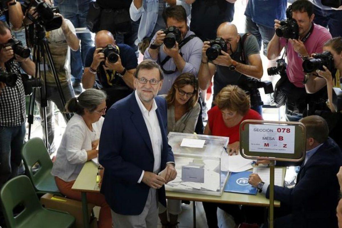 Rajoy, en el momento de emitir su sufragio. Las elecciones se llevaron a cabo con normalidad, con baja participación y con resultados bastante previsibles. Foto:EFE. Imagen Por: