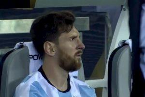 Tras perder el título, Lionel Messi se fue a sentar solo a la banca y no pudo ocultar su tristeza Foto:Captura de pantalla. Imagen Por: