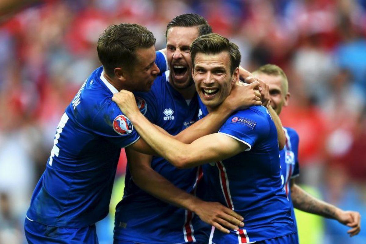 Islandia, por su parte, sorprendió a todos al avanzar a octavos de final en su debut Foto:Getty Images. Imagen Por: