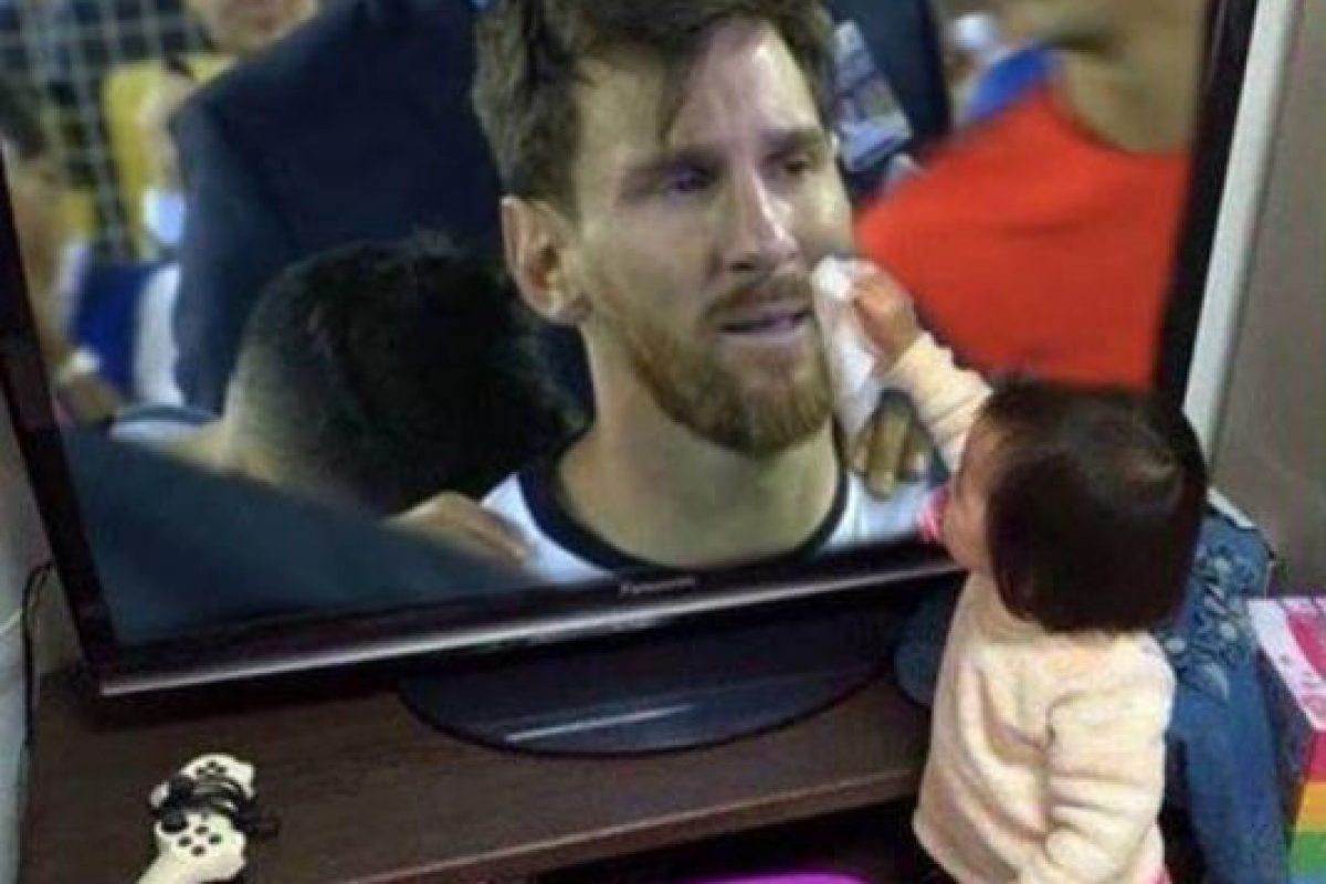 """La niña que """"limpió"""" las lagrimas de Messi y se hizo viral. Foto:Twitter. Imagen Por:"""