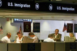 Los trámites para emigrar a Estados Unidos son engorrosos para muchos latinoamericanos. Foto:Getty Images. Imagen Por:
