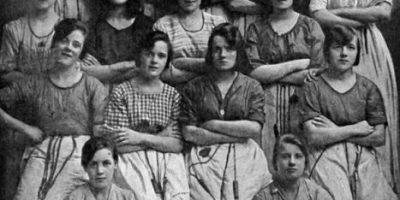 ¿Un fantasma? El aterrador detalle descubierto en fotografía tomada hace más de 100 años