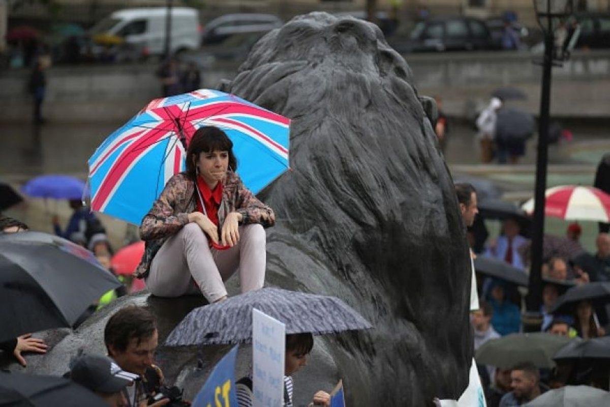 Aún así se reunieron algunos jóvenes en la plaza Trafalgar Square, en el centro de Londres Foto:Getty Images. Imagen Por: