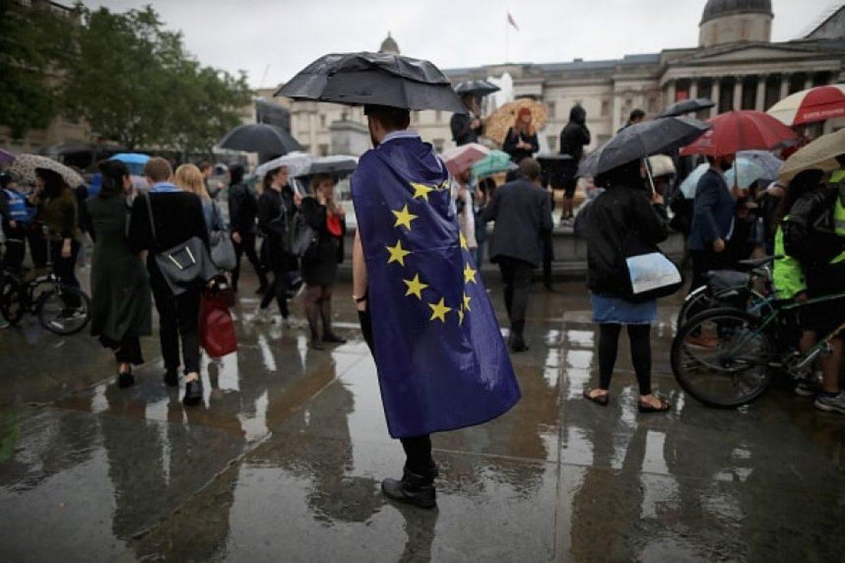 """Quienes, a pesar de la lluvia, expresaron su rechazo al resultado del """"Brexit"""" Foto:Getty Images. Imagen Por:"""