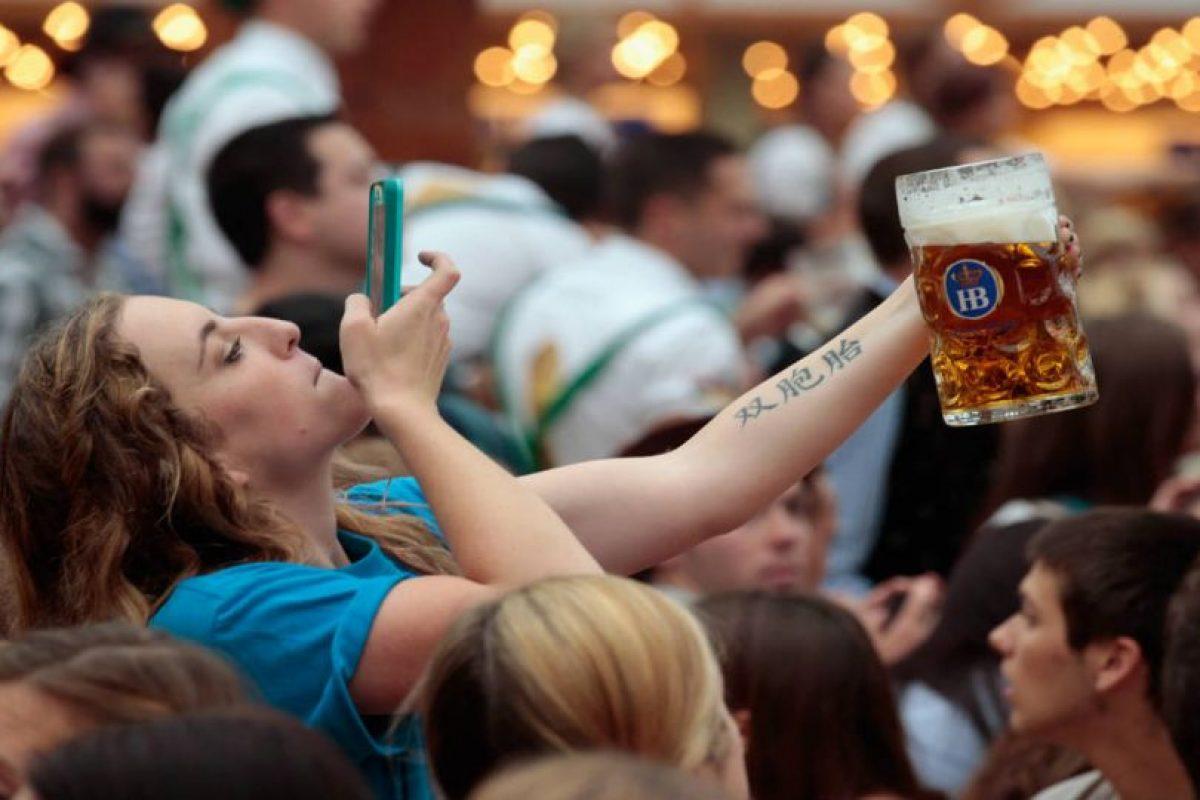 Ya sea para fotos o estar mandando mensajes, todos usamos nuestro celular mientras bebemos. Foto:Getty Images. Imagen Por: