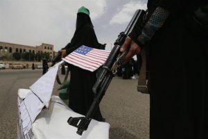 Un grupo de mujeres vestidas con burkas protestan en la base aliada saudí estadounidense. Foto:Efe. Imagen Por: