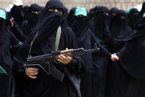 Una mujer armada protesta en la base de la alianza saudi estadounidense en Sanaía, Yemén. Foto:Efe. Imagen Por: