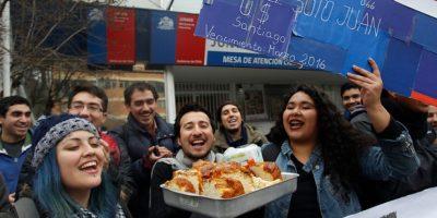 Estudiantes de la Fech se toman la Junaeb y exigen reposición de la Beca de Mantención