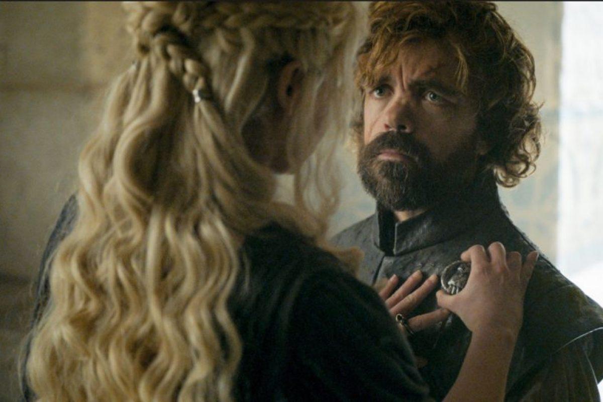 Cuando Dany nombra a Tyrion como Mano de la Reina, reconociéndole al enano su inteligencia. Ante este conmovedor momento, él solo se arrodilla voluntariamente, cosa que jamás hizo con Joffrey, su sobrino. Foto:HBO. Imagen Por: