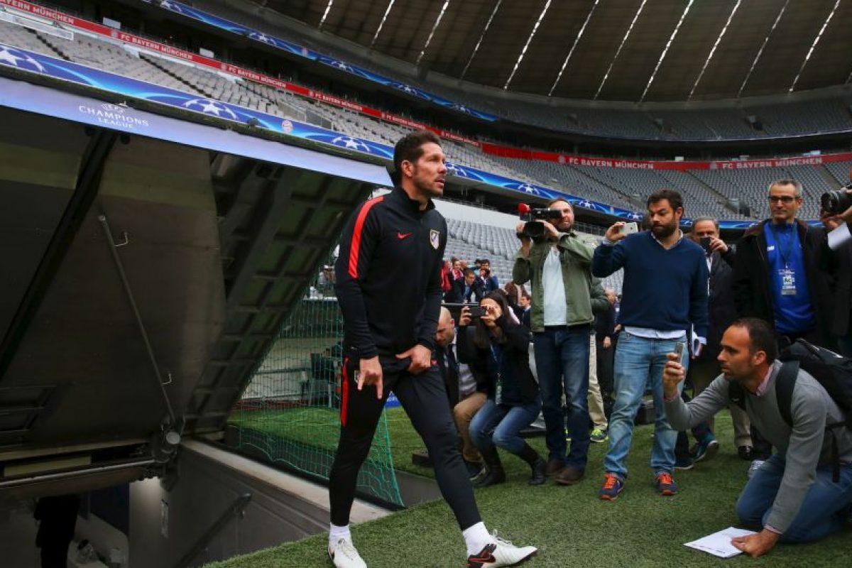 Diego Simeone es un eterno cabalero y lo demostró antes de la semifinal ante Bayern Munich, donde salió tocándose los testículos y haciendo los famosos 'cachos' Foto:Getty Images. Imagen Por: