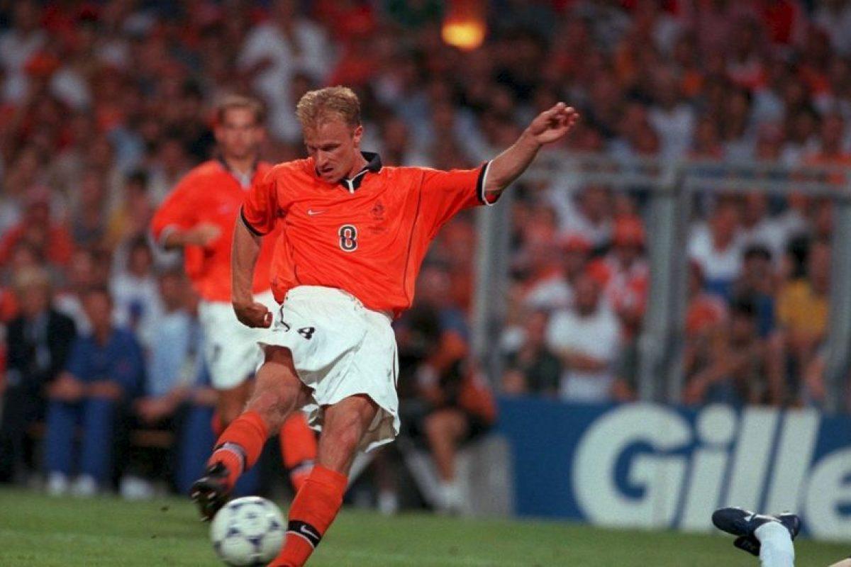Otro de los grandes jugadores holandeses que nunca pudo ganar un título con su selección. Los éxitos que tuvo en Ajax y Arsenal no pudo reeditarlos por su selección, donde su mejor resultado fue un cuarto lugar en Francia 1998 y semifinales en la Eurocopa de 1992 y 2000 Foto:Getty Images. Imagen Por: