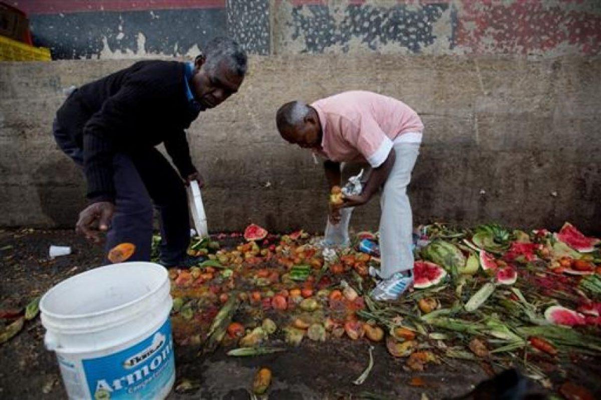 En las últimas semanas se ha denunciado que las personas buscan comida en la basura Foto:AP. Imagen Por: