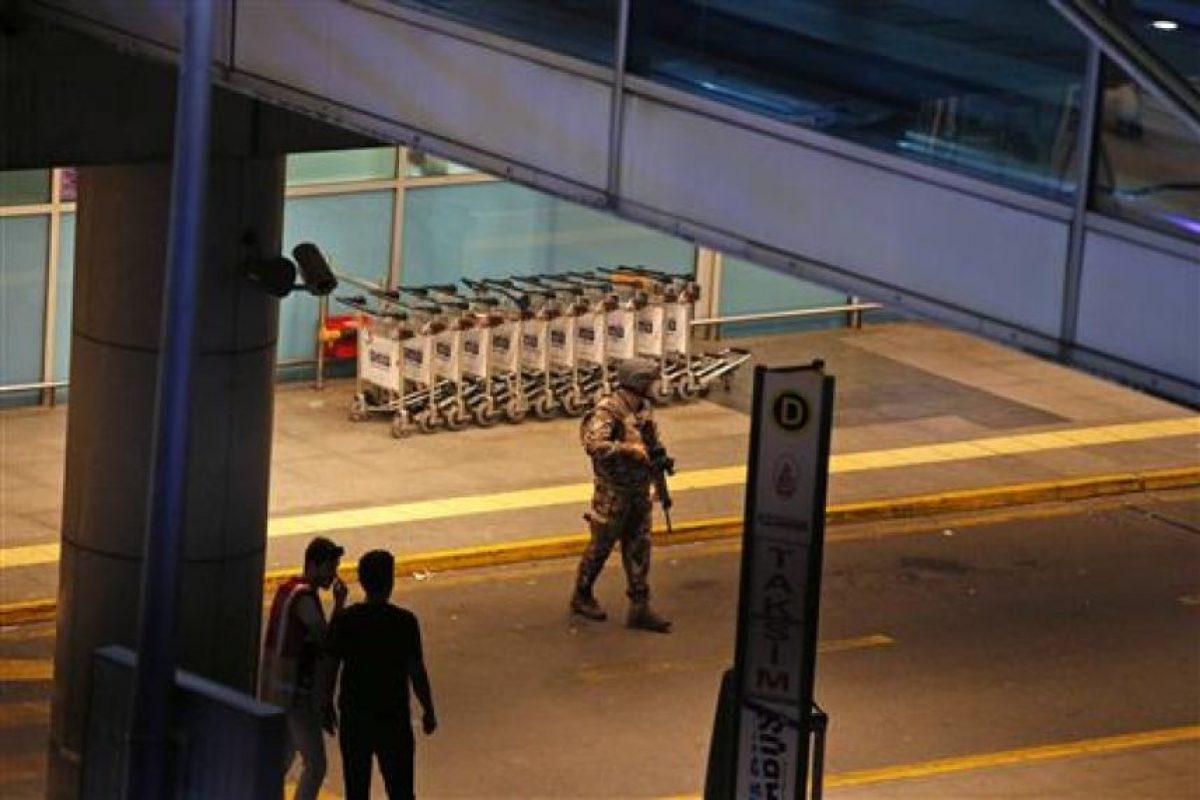 El ataque sucedió en la zona de llegadas internacionales Foto:AP. Imagen Por: