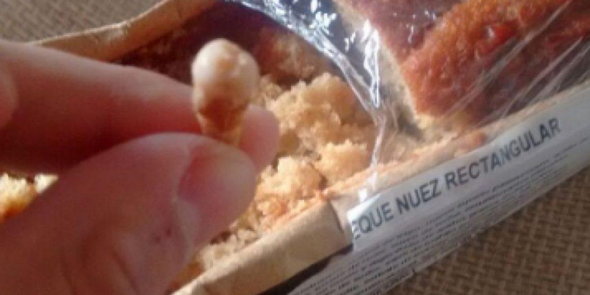 Hombre demanda a supermercado por encontrar una muela al interior de un queque