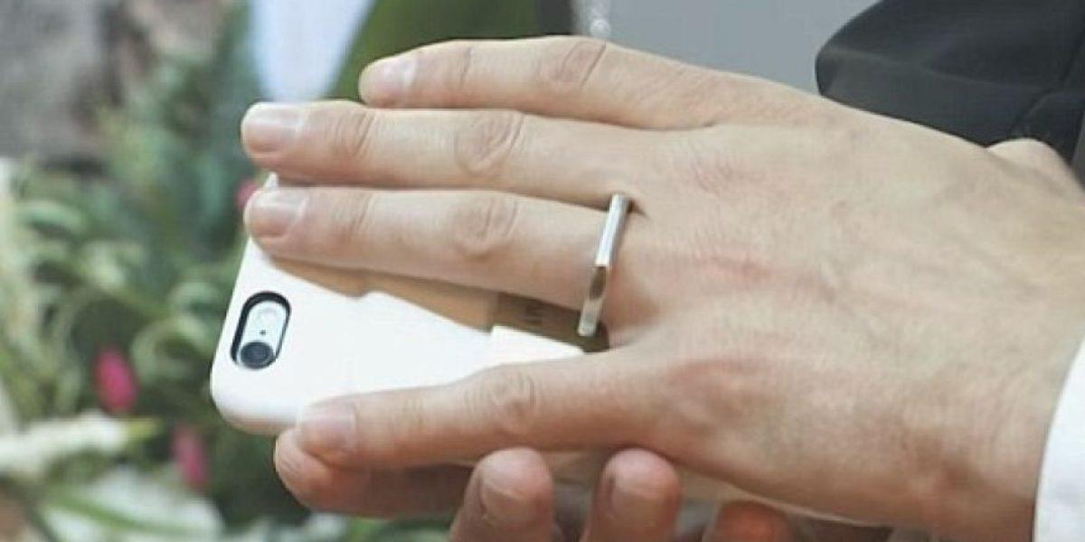 Hombre se casa con su 'smartphone' en una extraña ceremonia en Las Vegas
