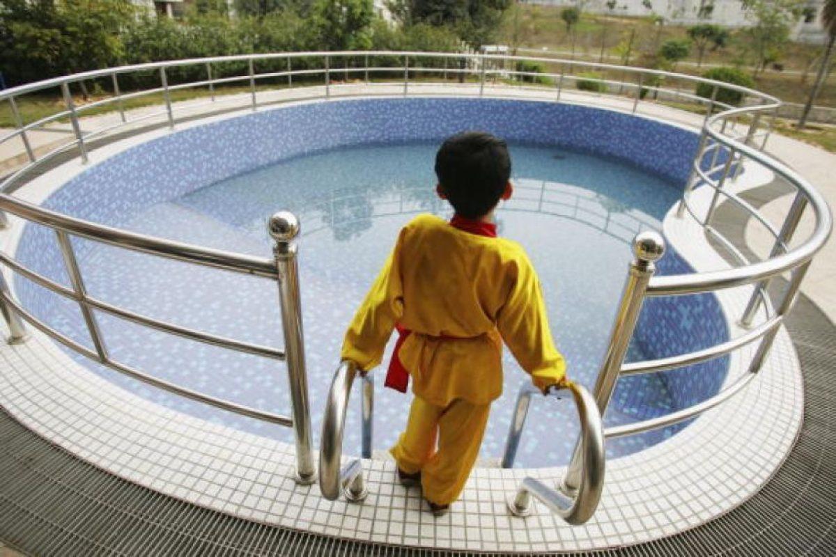 4. Utilizar chaleco salvavidas o flotadores mientras se aprende a nadar. Foto:Getty Images. Imagen Por: