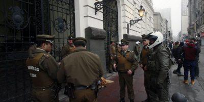 Carabineros desalojó a estudiantes que se tomaron municipalidad de Santiago