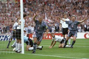 Alan Shearer se demoró los mismos 2:14 minutos que Jiracek en marcar el tanto de Inglaterra en el empate a uno ante Alemania, válido a las semifinales de la Eurocopa 1996. Luego, los alemanes avanzarían a la siguiente ronda ganando los penales Foto:Getty Images. Imagen Por: