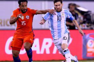 Lionel Messi pareció estar jugando solo y muy pocas veces encontró ayuda de sus compañeros Foto:Getty Images. Imagen Por: