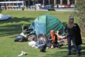 Una familia de refugados sirios acampa en la Plaza de la Independencia de Montevideo, en septiembre de 2015. Querían irse de Uruguay. Foto:AFP. Imagen Por: