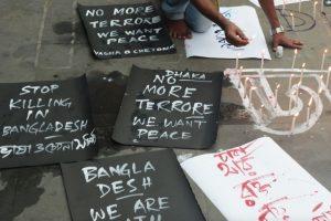 """""""Paren de matar en Bangladés"""", """"No más terrrorismo, queremos paz"""", son algunas de las consignas escritas por los habitantes de Dacca. Foto:AFP. Imagen Por:"""