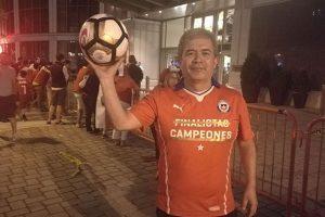 El chileno Pedro Vásquez se quedó con el balón que Lionel Messi envió a las gradas. Imagen Por: