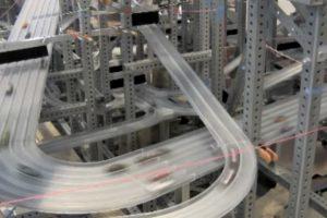 La velocidad de los autos alcanzan una velocidad a escala de 386 kilómetros por hora (249 millas escala por hora) Foto:Chris Burden. Imagen Por:
