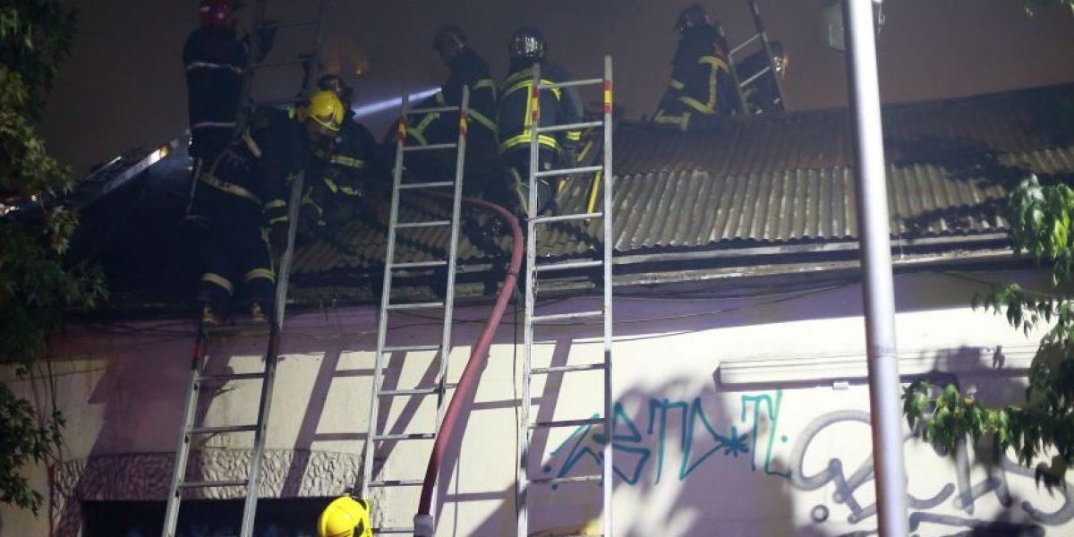 Bomberos controló incendio que afectó a inmueble abandonado en Santiago Centro