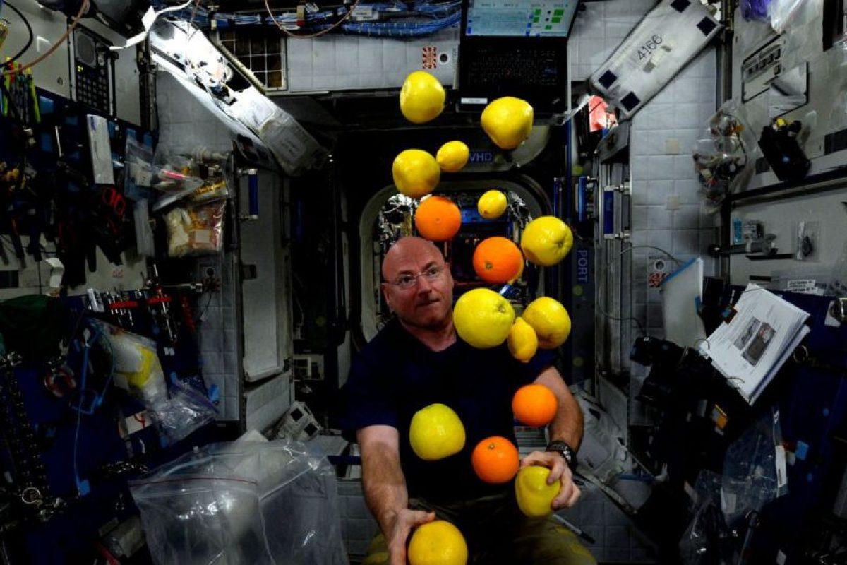 Scott Kelly tratando de hacer malabares en el espacio Foto:NASA. Imagen Por: